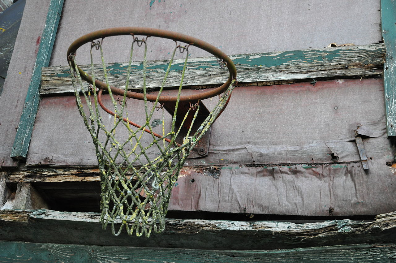 1280px-Basketball_goal_old